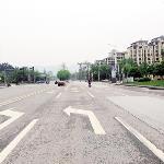 重庆:两个指示牌指向不一 市民表示很懵圈