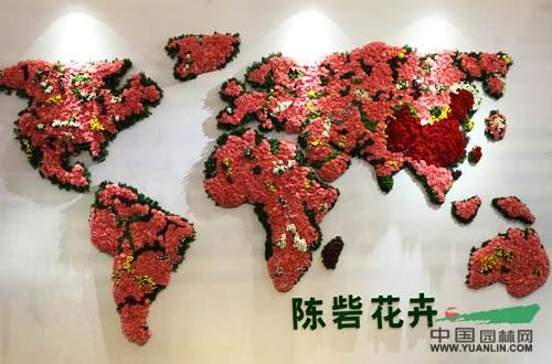 家庭拼成世界地图