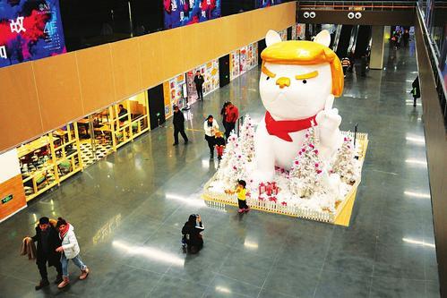 太原:卡通狗造型的巨型雕塑吸引关注