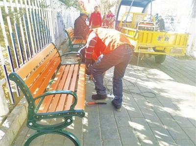 """拉萨市区112套休闲座椅陆续""""上岗"""""""