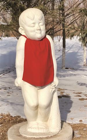 长春:雕塑穿新衣 红黄两色表祝福