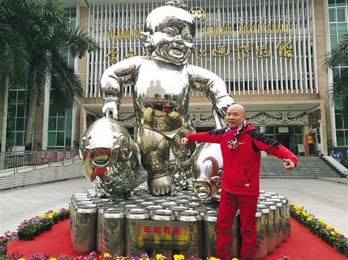 南宁:大型雕塑《年年有余》 惊艳亮相