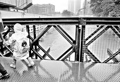 福州:天桥护栏防护网缺失