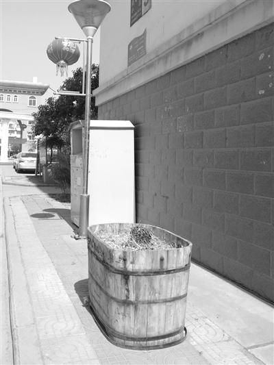 枣庄:小区路边花箱闲置 居民希望种上花草