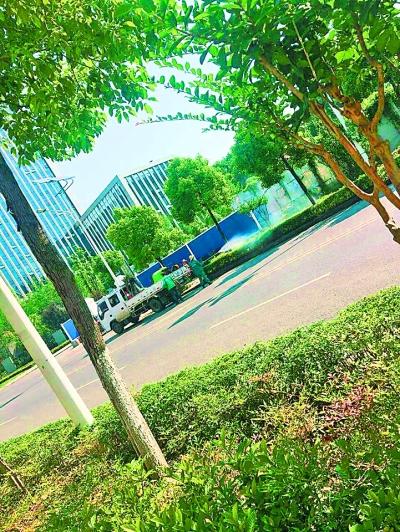 武汉:市民路遇园林工人洒农药被喷全身