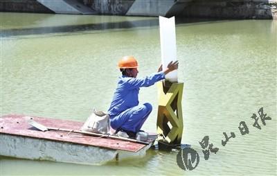 昆山:冒着高温检修娄江景观带灯具