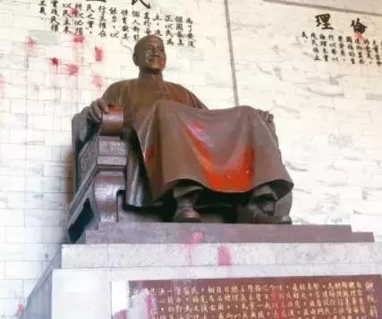 蒋介石铜像屡遭泼漆、砍头
