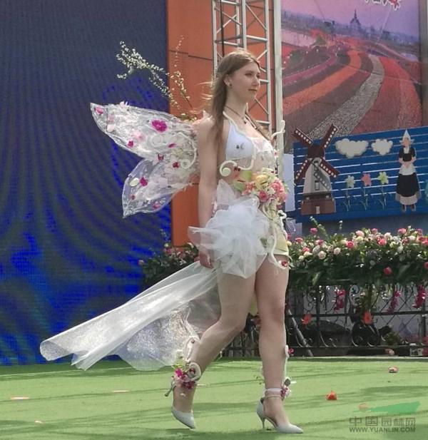 荷兰花海上演精彩人体花艺秀