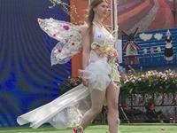 荷兰花海上演精彩人体花艺秀 呈现精彩域外花艺风情